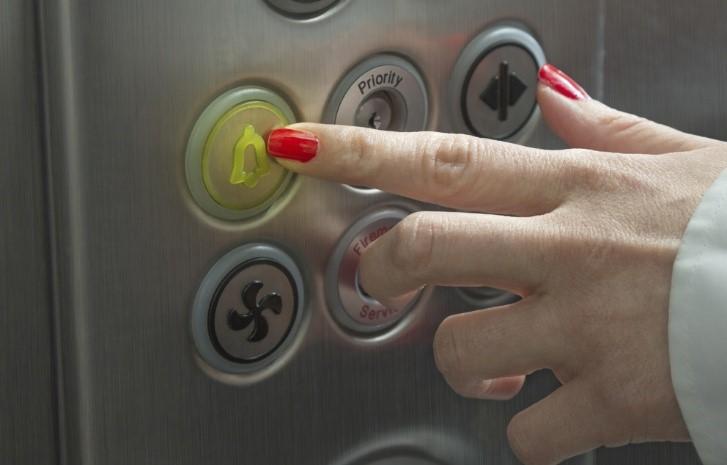 گیر افتادن در کابین آسانسور,گیر کردن در آسانسور,مشکلات آسانسور